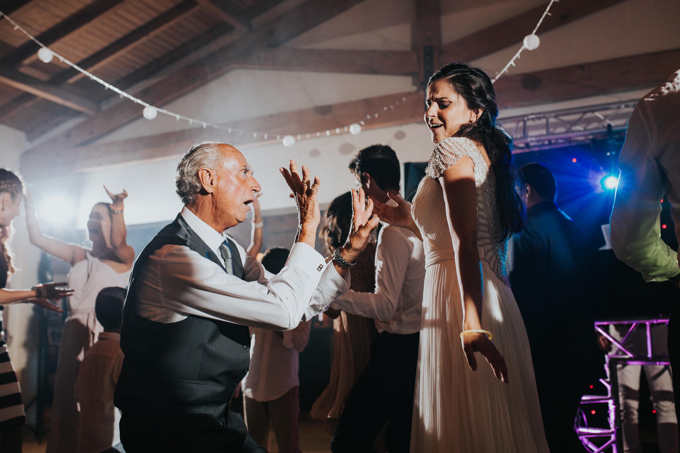 Casamento-Rustico-Bucelas-boho-chic-vestidos-dress-venue-Portugal-wedding-decor-cerimonia-quintas-perto-de-lisboa-fotografos-lisboa-ideas-session-vineyard-melhores-fotografos-portugal-first-dance-dança-noivos-pai-da-noiva