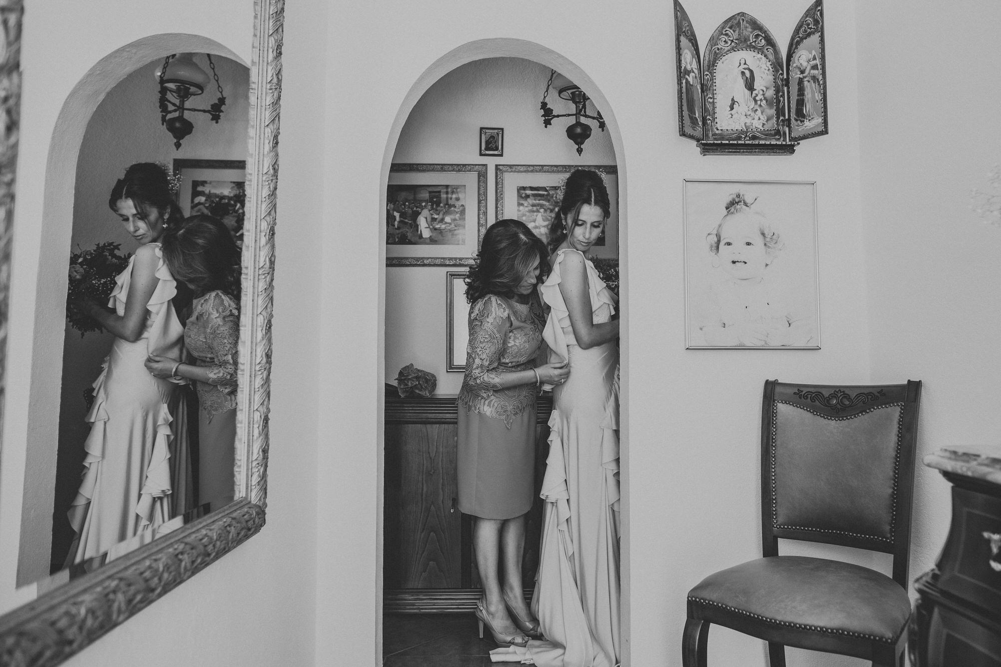 Filipe Santiago Fotografia-fotografo-malveira-lisboa-cascais-mafra-melhores-reportagem-wedding-photography-portugal-lisbon-best-natural-casamentos-lifestyle-bride-ideias-rustic-boho-hair-mackup-damas-preparativos-preparations-bridemaids-dress-shoes-bouquet-mother-bw