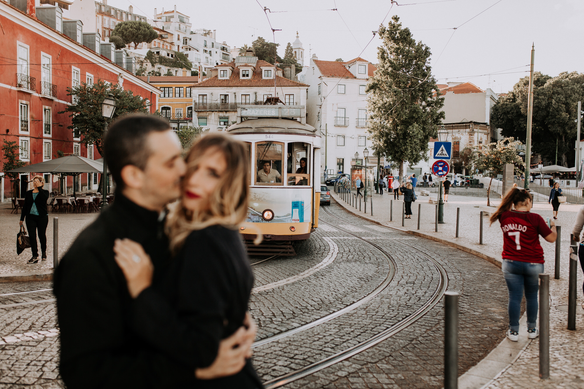 14 -sessao-noivado-engagement-session-alfama-lisboa-town-wedding-photography-photographer-natural-best-venue-planner-destination-filipe-santiago-fotografia