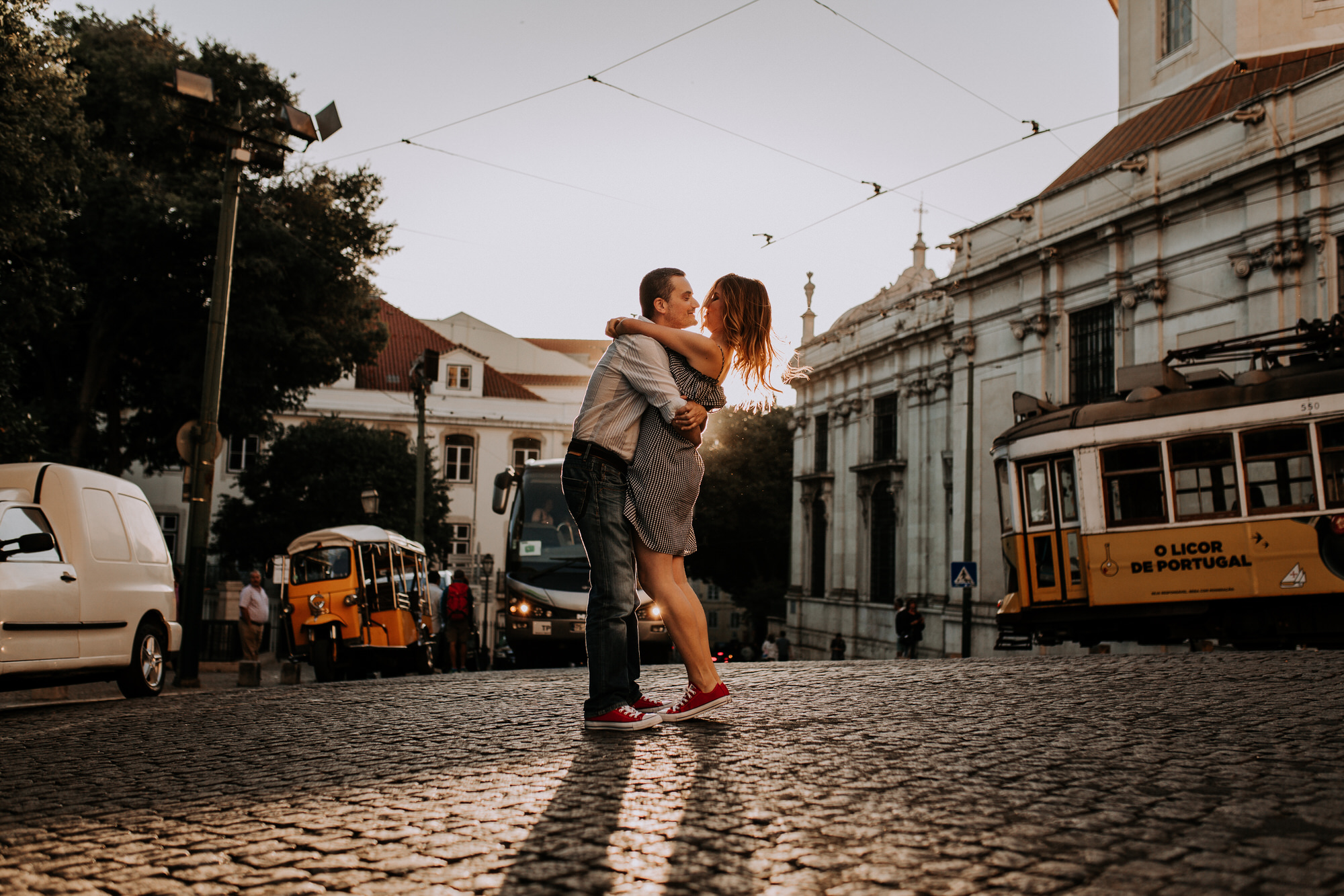 26 -sessao-noivado-engagement-session-alfama-lisboa-town-wedding-photography-photographer-natural-best-venue-planner-destination-filipe-santiago-fotografia-sunset-portuguese-bus-electric