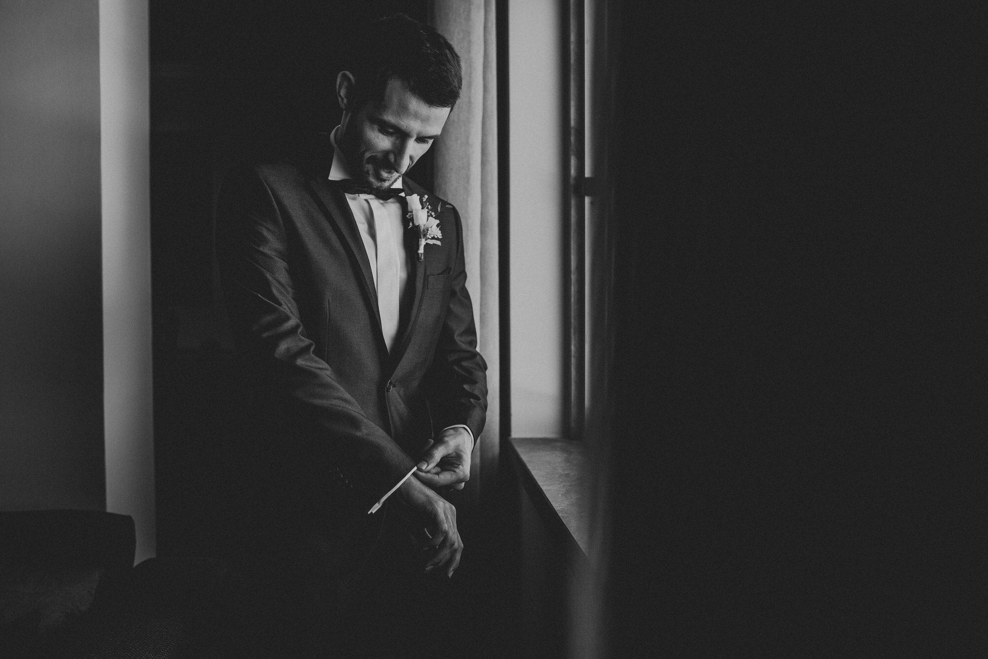3 filipe_santiago_fotografia_casamento_decoracao_rustico_alenquer_inspiracao_quinta-da-bichinha_sao_goncalo_melhores_quintas_lisboa_distrito_fotografos_fotografia_natural_tendencias_preparaçao do noivo em casa_preto e branco