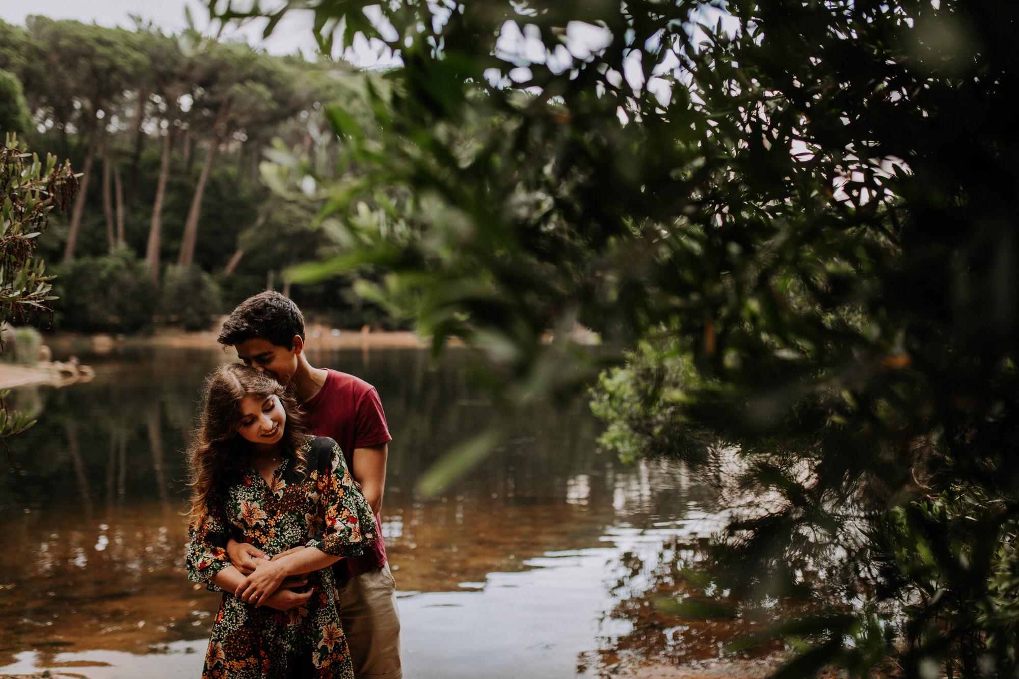 7 filipe_santiago_fotografia_sessão de casamento_love session_engagement_sintra_Santuario da Peninha_nevoeiro_fotografo_Lisboa_Weddin Photographer_Portugal_best_natural_near_couple-hug-abraço